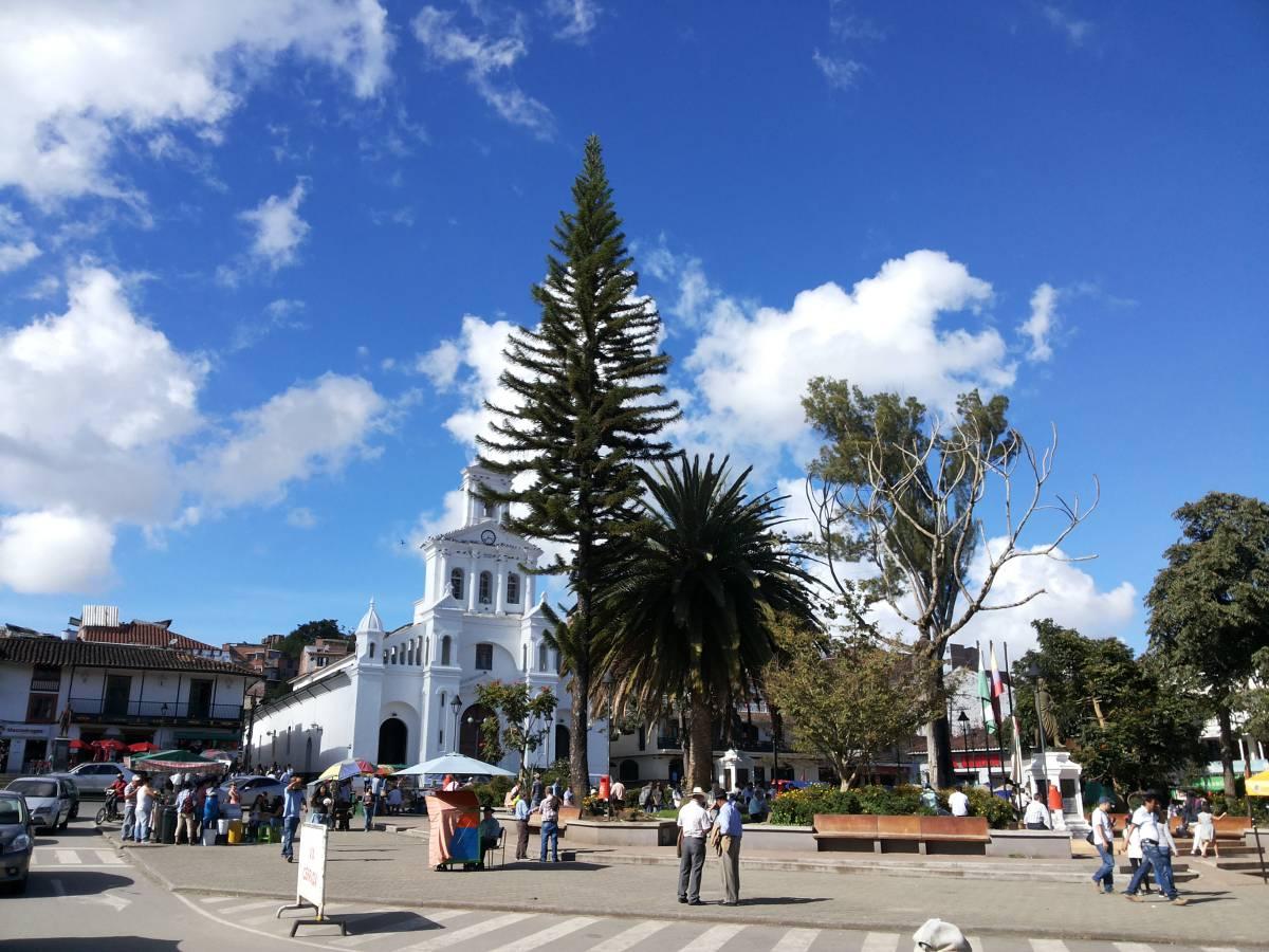 Parque_principal_del_municipio_de_Marinilla_compressed