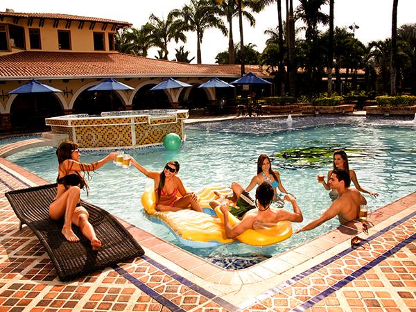 hotel-el-campanario-villavicencio-piscina-amigos
