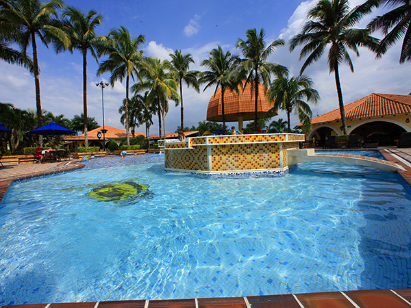 hotel-el-campanario-villavicencio-piscina-dia